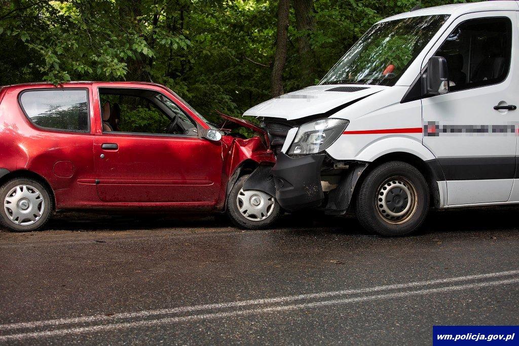 Fiat uderzył w dostawczego mercedesa. Kierowca fiata był pijany