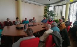 Podopieczni Caritasu na wycieczce w Dekorglassie