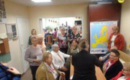"""Seniorzy wzięli udział w Grze Miejskiej """"Podróż po Unii Europejskiej"""" [zdjęcia]"""