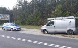 Policjanci wyjaśniali okoliczności zdarzenia drogowego z udziałem pojazdu ciężarowego, który wjechał do rowu