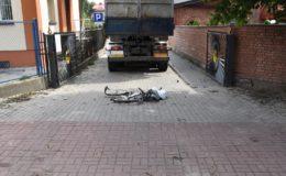 Rowerzystka jadąca chodnikiem została potrącona przez ciężarówkę