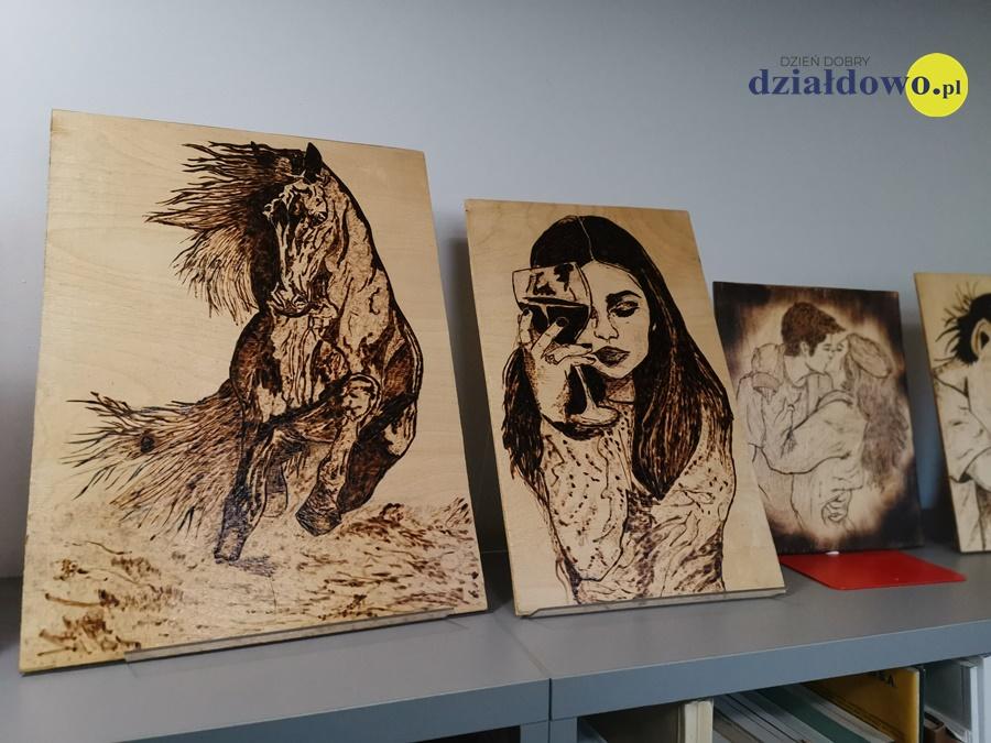 """""""Obrazy wypalane w drewnie"""" - nowa wystawa w bibliotece"""
